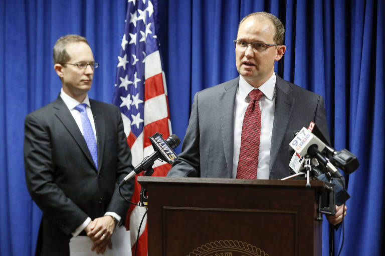 Herb Stapleton, agente do FBI, e o promotor Benjamin C. Glassman anunciam a prisão de Yanjun Xu