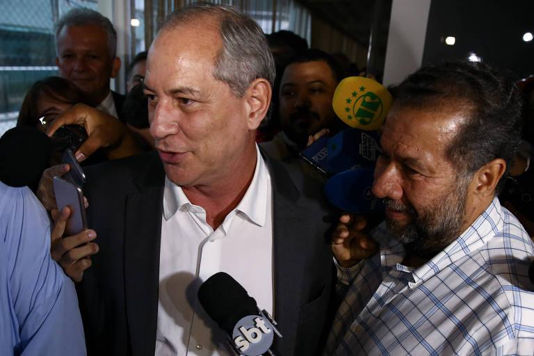 Ciro Gomes (PDT) e Carlos Lupi, presidente nacional do PDT, deixam reunião da Executiva Nacional do partido, que decidiu por apoio crítico ao candidato do PT, Fernando Haddad, no segundo turno da eleição presidencial