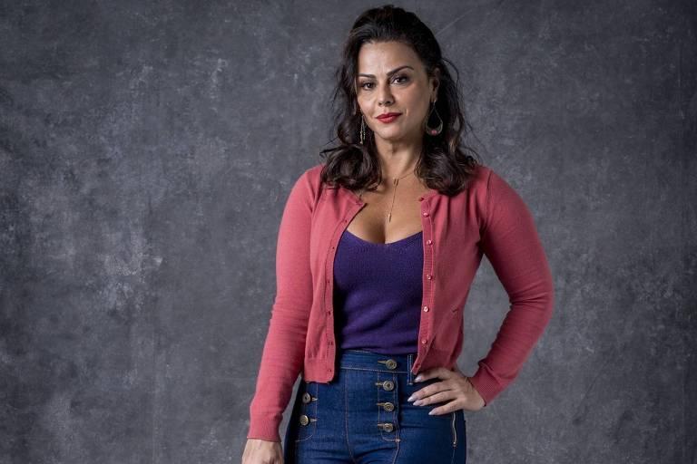 Viviane Araújo posa em frente a fundo cinza