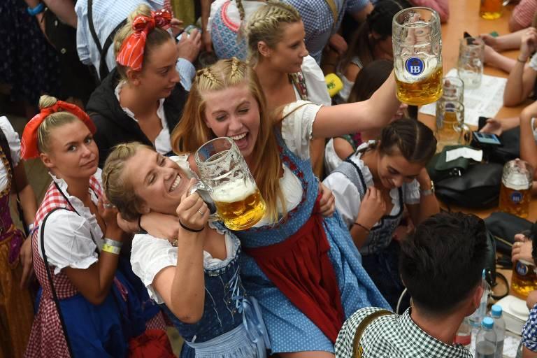Millennials bávaros abraçam roupas tradicionais em baladas da Oktoberfest