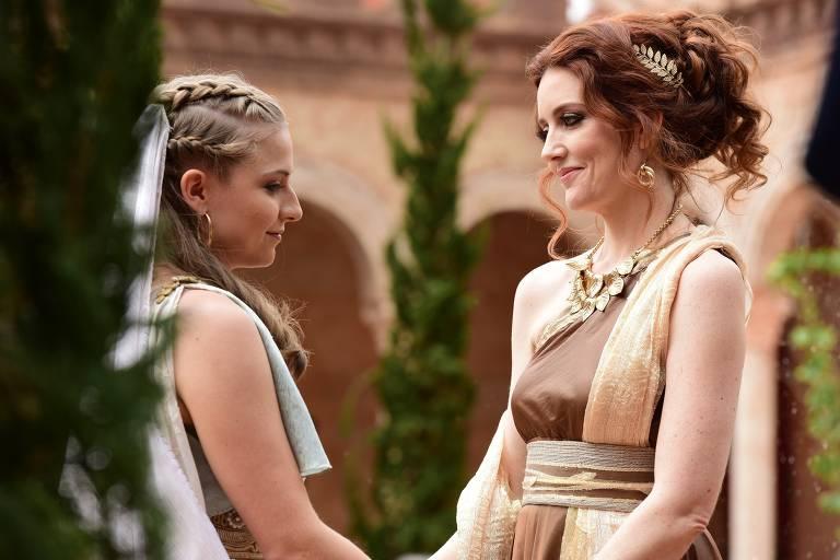 Helena (Júlia Maggessi) conversa com Claudia (Larissa Maciel) e pede permissão para ajudar os necessitados do tanque de Betesda