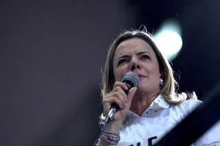 Gleisi Hoffmann discursa em protesto contra o fascismo, na avenida Paulista (SP)