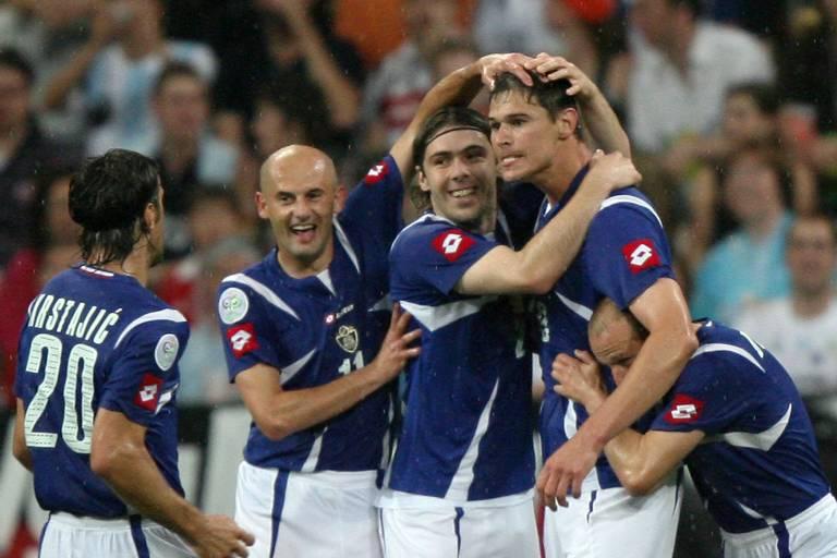 Jogadores de Sérvia e Montenegro comemoram gol em jogo contra a Costa do Marfim na Copa de 2006