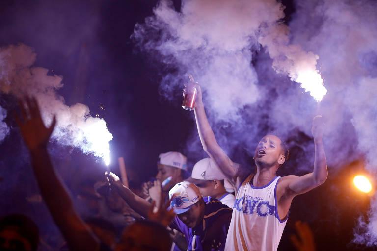 Ascendendo sinalizadores, torcida do Cruzeiro faz festa no Mineirão antes do início do primeiro jogo da final da Copa do Brasil