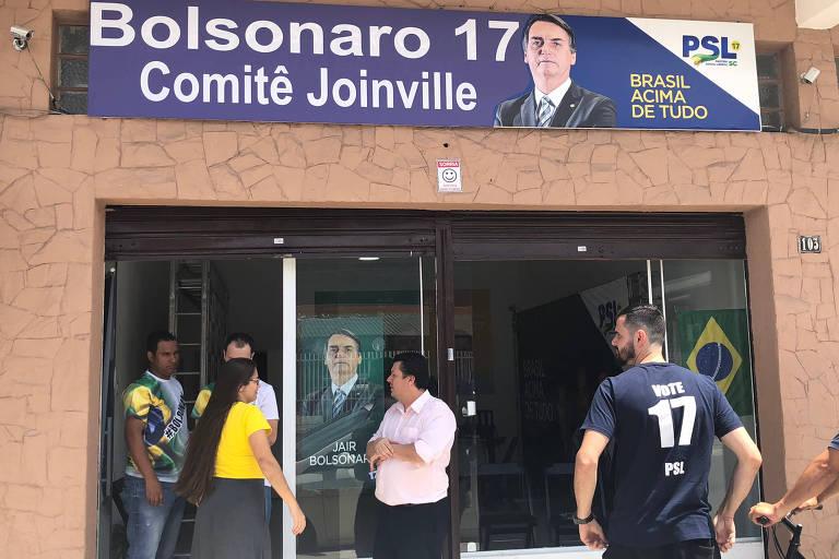 Eleitores em frente a comitê de Jair Bolsonaro em Joinville (SC), onde 72% votaram no pesselista no primeiro turno