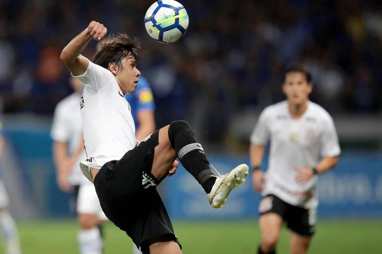 Romero tenta dominar a bola durante o segundo tempo da partida contra o Cruzeiro, no Mineirão