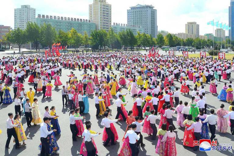 Norte-coreanos celebram 73º aniversário de fundação do Partido dos Trabalhadores da Coreia nesta quinta-feira (11)