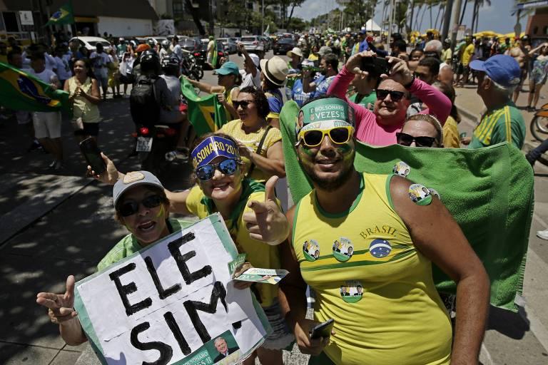 Apoiadores do presidenciável Jair Bolsonaro (PSL) vestem verde e amarelo e cartazes em apoio ao candidato