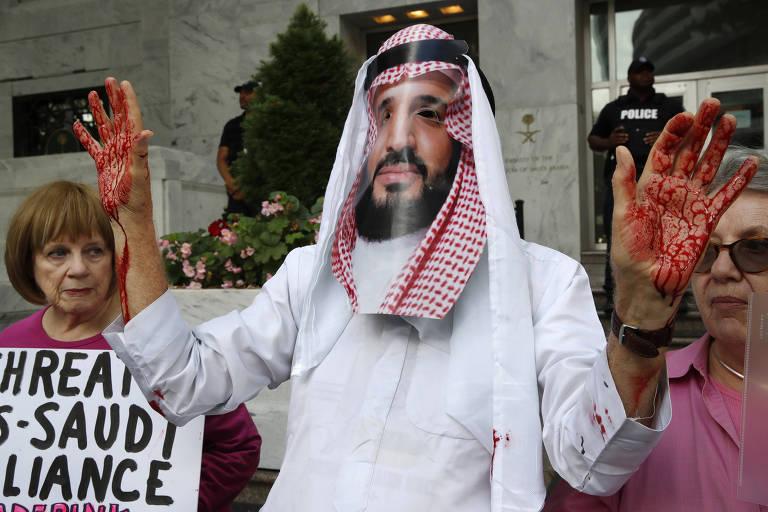 Ativista usa máscara do príncipe saudita Mohammed bin Salman em Washington, durante protesto pelo desaparecimento do jornalista saudita Jamal Khashoggi,