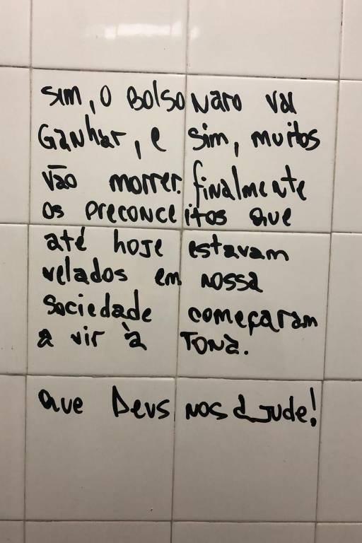Pichações nos banheiros da unidade Tamandaré do cursinho Anglo