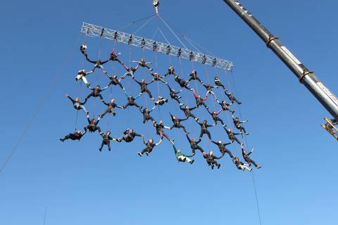 """""""Corpos Sustentáveis"""", espetáculo de dança aérea da Cia. Base"""