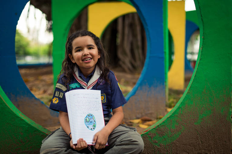 Tereza Viana, 8, é escoteira e pede um mundo de paz e segurança