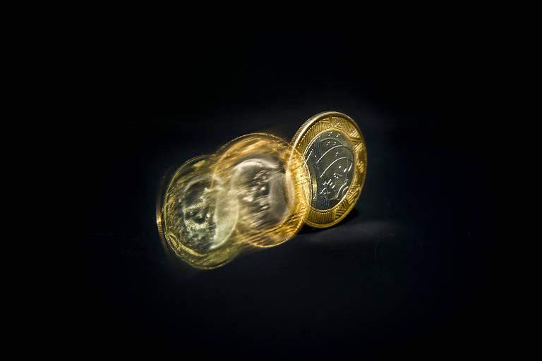 Produção fotográfica com moeda girando
