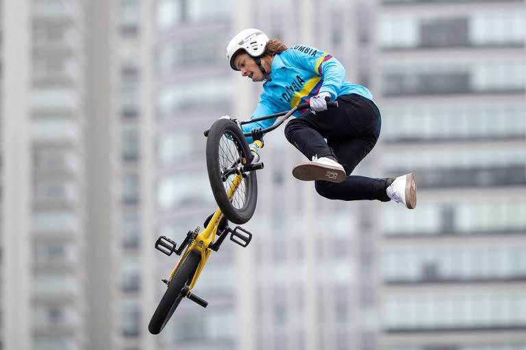 No ar, ciclista faz manobra