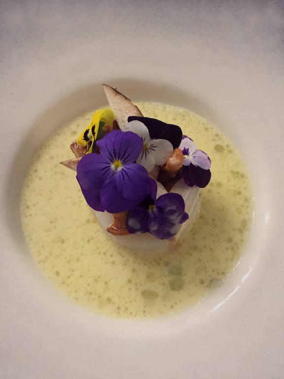 Pescado com beurre blanc (molho de manteiga), brócolis e cogumelos servido em jantar especial no La Peruana