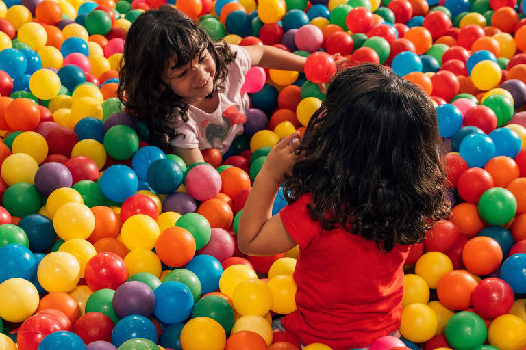 Crianças brincam na piscina de bolinhas do Guardiões Balls