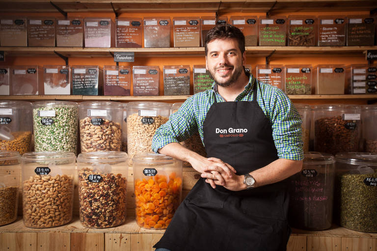 Rodrigo de Castro em sua loja Empório Don Grano, em Pinheiros