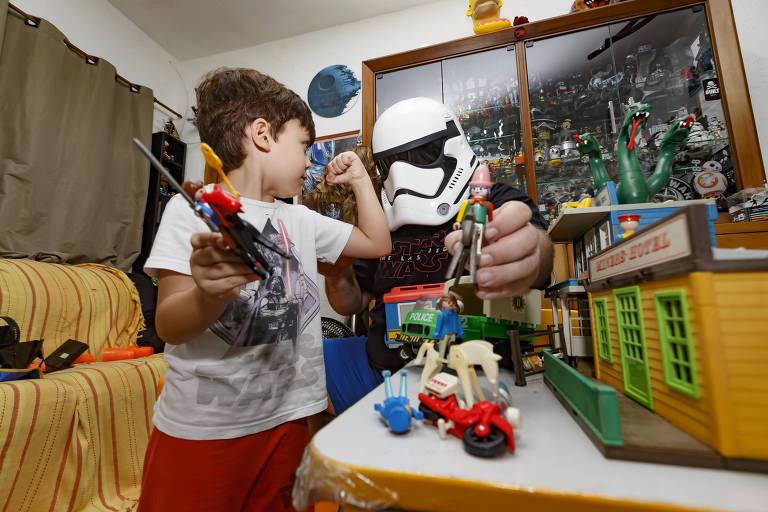 Harry Avon Júnior com o filho Willian que gostam de brincar com brinquedos antigos