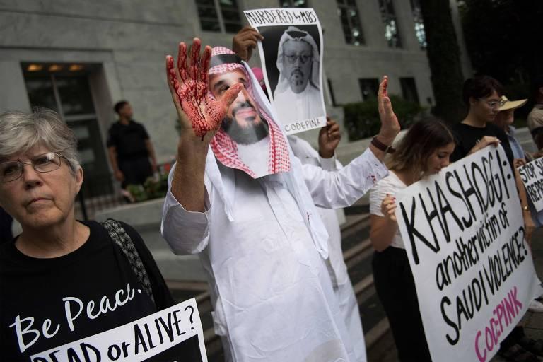Manifestantes acusam o príncipe da Arábia Saudita Mohammed bin Salman de matar o jornalista Jamal Khashoggi