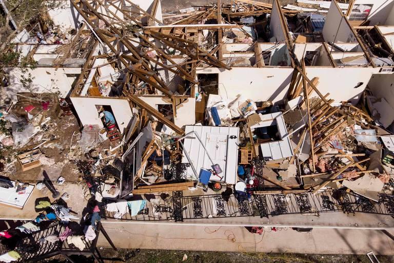 Homem faz buscas nos escombros de um prédio destruído após a passagem do furacão Michael em Panamá City, na Flórida