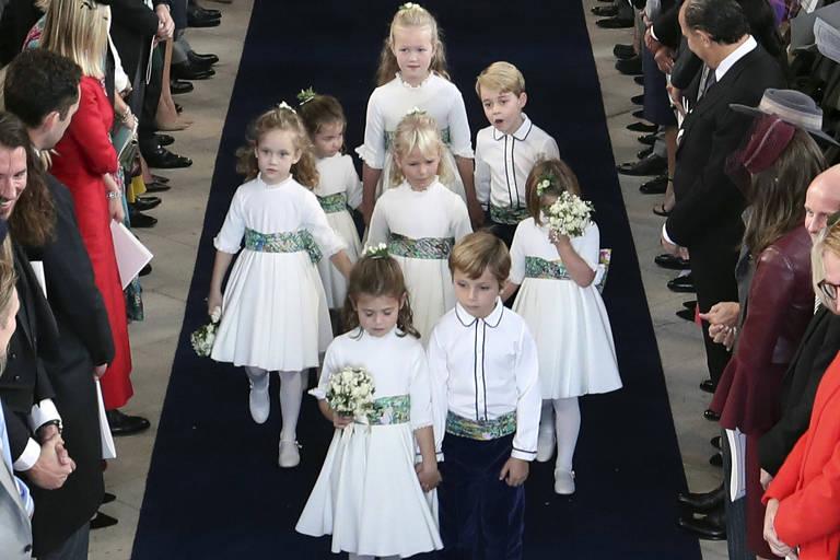 Daminhas e pajens entram na capela, entre eles as crianças George e Charlotte