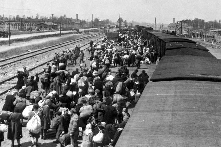 Foto de maio de 1944 mostra judeus desembarcando de um trem no campo de extermínio de Auschwitz-Birkenau