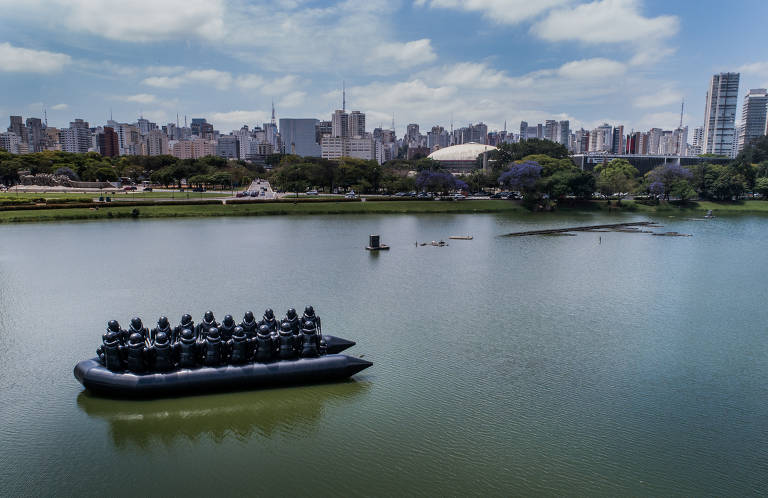 Obra de Ai Weiwei no lago do Parque Ibirapuera
