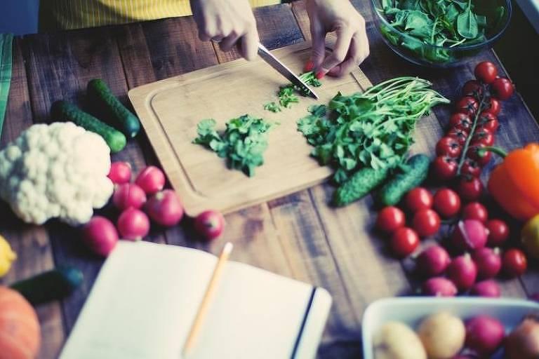 Uma dieta baseada em produtos de origem vegetal é apontada como chave para ajudar a reverter impactos no meio ambiente e no clima