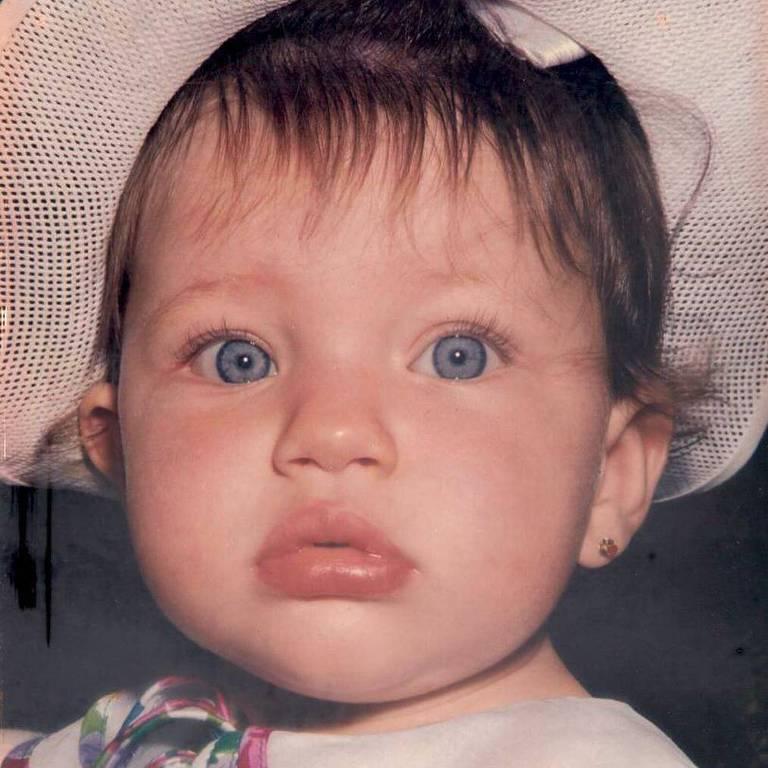 A atriz Bruna Linzmeyer publica de sua infância, tirada em 1992