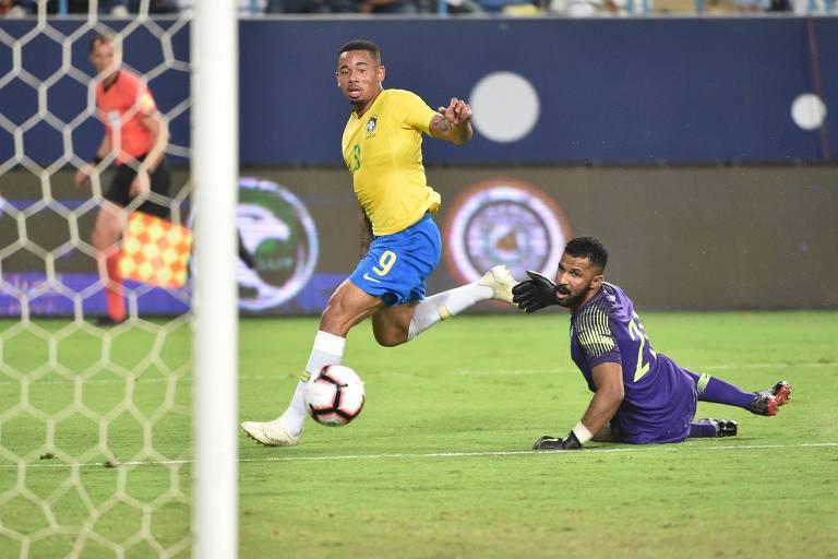 Gabriel Jesus toca na saída do goleiro para marcar o primeiro gol do Brasil contra a Arábia Saudita
