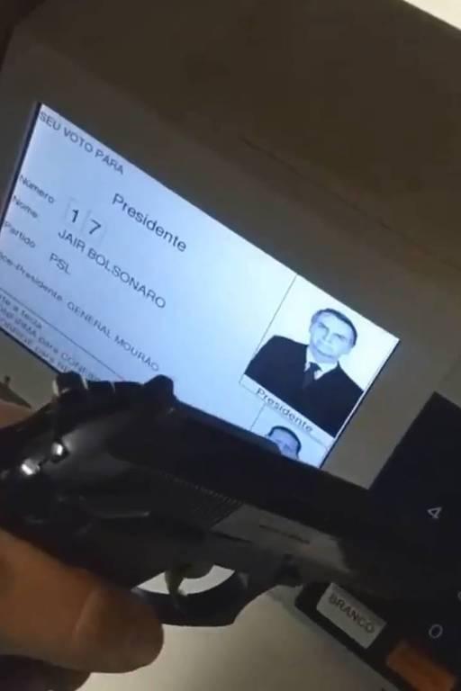 Eleitor vota com arma, filma e coloca nas redes sociais