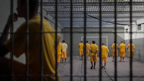JOINVILLE, SC, BRASIL, 27.11.2017 - Detentos ligados à facção criminosa Primeiro Grupo Catarinense tomam banho de sol em presídio de Joinville -  Detentos condenados cumprem pena na Penitenciária Industrial, considerada modelo, em  Joinville (SC). A direção da penitenciária estima que, dos 1.600 internos no complexo prisional, cerca de 160 sejam ligados ao PCC (Primeiro Comando da Capital) e o restante ao PGC (Primeiro Grupo Catarinense). (Foto: Avener Prado/Folhapress)