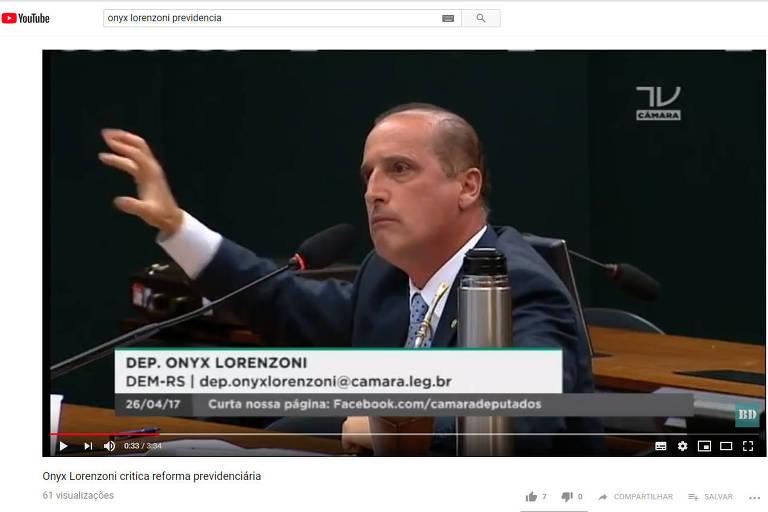 Deputado Onyx Lorenzoni falando e gesticulando durante comissão da reforma da Previdência, em 2017