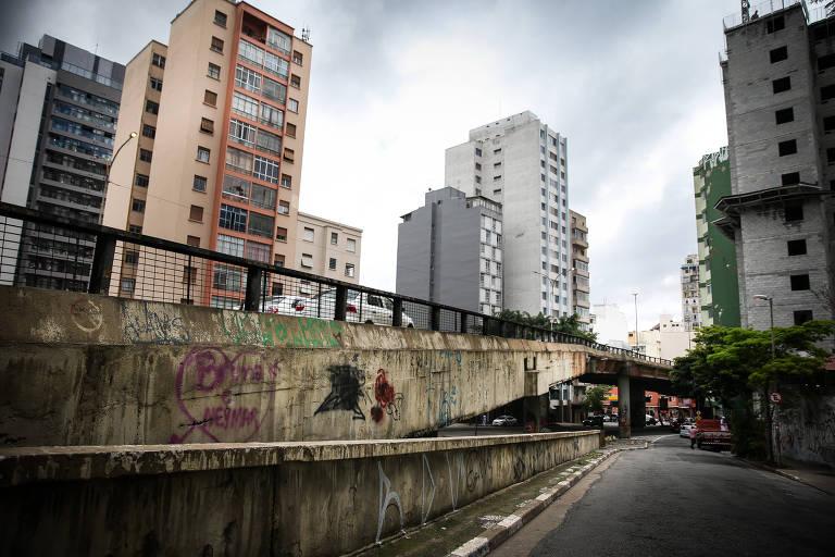 Imagem geral mostra o péssimo estado de conservação do Elevado Presidente João Goulart, mais conhecido como Minhocão