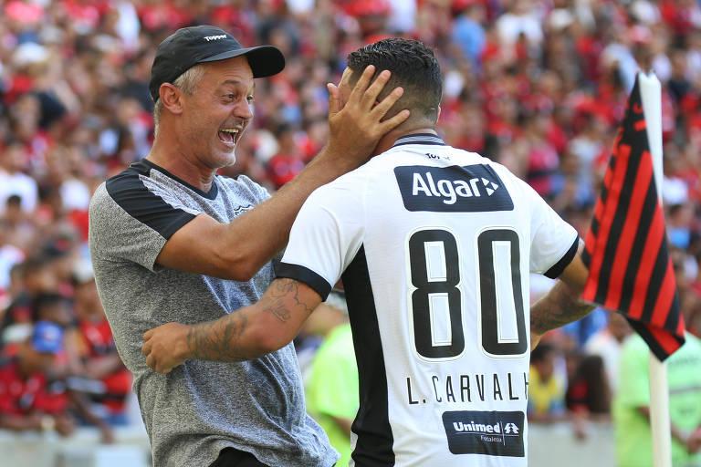 Lisca (à esquerda) comemora gol segurando a cabeça de Leandro Carvalho em partida do Ceará contra o Flamengo