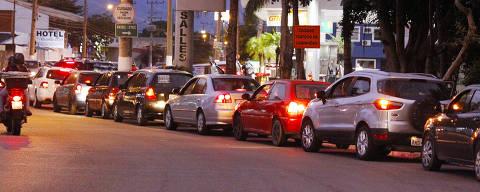 SAO SEBASTIAO , SP , 24.05.2018 , BRASIL ,  Fila de carros em posto de combustível no centro de São Sebastião, no início da noite Crédito: Reginaldo Pupo / Folhapress