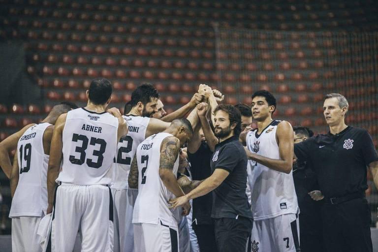 Equipe corintiana se reúne em roda no último jogo do Campeonato Paulista de basquete
