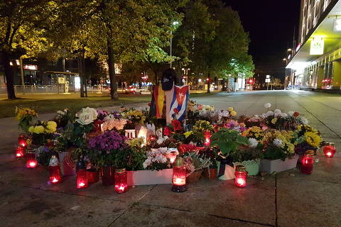 Memorial improvisado em calçada do centro de Chemnitz (Alemanha) para homenagear o carpinteiro Daniel Hillig, morto após discussão com estrangeiros em agosto