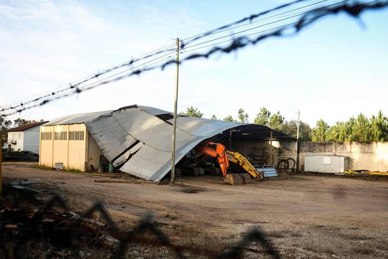 Telhado fica danificado em Figueira da Foz, em Portugal, que foi atingido neste domingo (14) pela tempestade Leslie