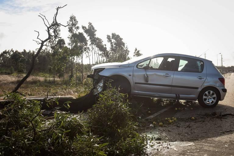 Carro arrastada pela chegada do furacão Leslie em Figueira da Foz, em Portugal