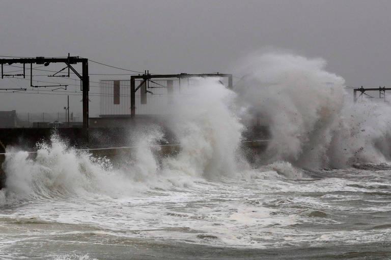 Fortes ondas provocadas pela tempestade Callum na Escócia, no Reino Unido