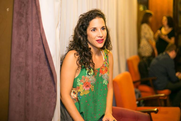 """A cantora Verônica Ferriani no show de lançamento do álbum """"Se a Canção Mudasse Tudo"""", da  cantora Manuela Rodrigues, em foto de 2016"""