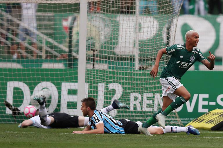 Com dois adversários no chão, Deyverson sai em disparada para comemorar o primeiro gol do Palmeiras contra o Grêmio