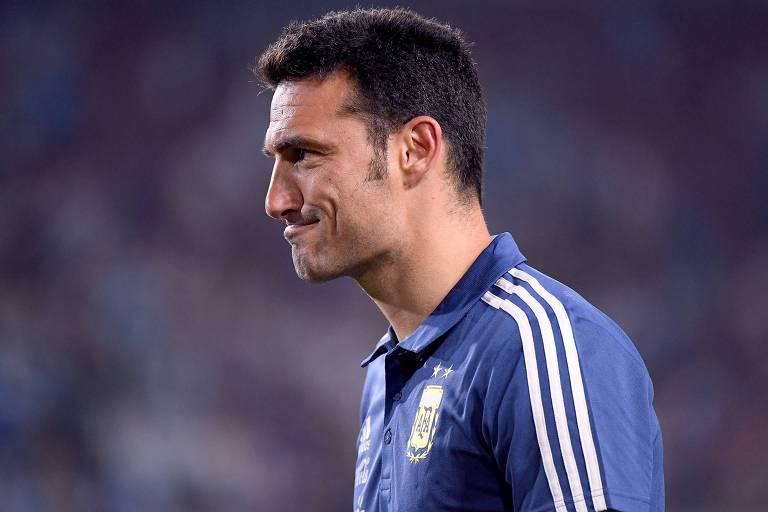 Lionel Scaloni deixa o campo após a vitória argentina em sua estreia como técnico, contra a Nicarágua