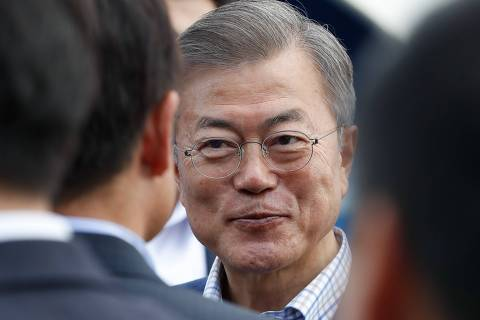 South Korean president Moon Jae-in (C) visits an hydrogen station in Paris, on October 14, 2018 in Paris, as part of his three day state visit to France. (Photo by FRANCOIS GUILLOT / AFP) ORG XMIT: FG12324