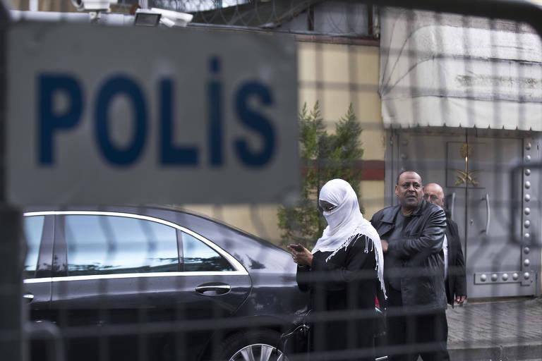 Visitantes deixam o consulado da Arábia Saudita em Istambul nesta segunda (15)
