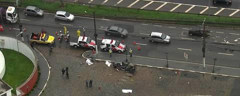 Carro fica destruído após bater em poste na marginal Pinheiros; três pessoas morreram