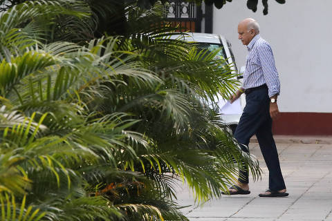 India's Minister of State for External Affairs Mobashar Jawed Akbar walks inside his residence in New Delhi, India October 14, 2018. REUTERS/Anushree Fadnavis ORG XMIT: DEL200