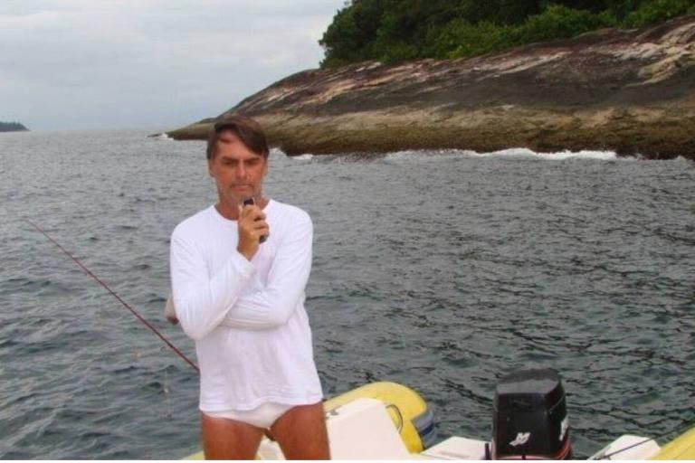 Foto tomada por agente ambiental durante autuação de Jair Bolsonaro por pescar dentro da Estação Ecológica de Tamoios, região de Angra dos Reis (RJ)