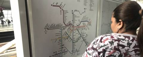 Passageira da linha 5-lilás tenta se orientar em mapa que está desatualizado, na estação Santo Amaro do metrô